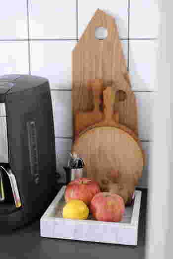 鮮やかな果物の色が映える、マーブル(大理石)のトレイ。テーブルに出せば、まるで静物画のモチーフのように決まりそう。