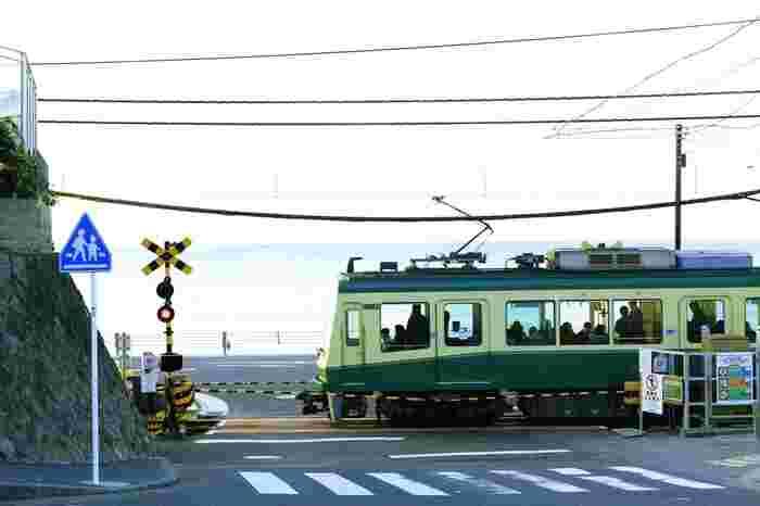 江の島へのアクセスには、藤沢~鎌倉駅を結ぶ江ノ電も便利です。最寄の江ノ島駅までは、藤沢駅からは約10分、鎌倉駅からは25分ほどで到着。海を眺めながらゆっくり電車に揺られるのもおすすめですよ。
