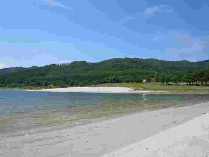 湖でありながらも、浜辺のような澄んだ水辺もポイントです。