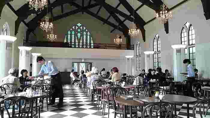 天井が高く開放感がある店内。ステンドグラスが美しく、大きな窓からは柔らかい日差しが差し込みます。