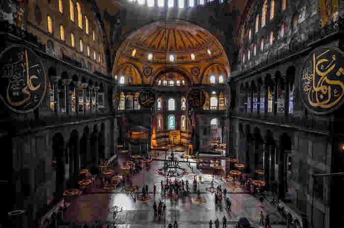 トルコ・イスタンブールにある、荘厳な雰囲気のアヤ・ソフィア。アラビア文字でアッラーや預言者の言葉を描いた円盤は、その装飾された「書」自体が、文字文様なんですよ。
