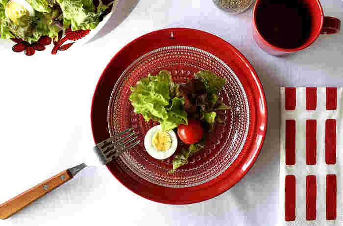 なんだかわくわくする、赤い色の食器。テラコッタとは、イタリア語で「焼いた 土」という言葉。植木鉢などの赤い陶器をテラコッタと呼ぶんです。ティーマの上に、さらにガラスのプレートをのせた上級テクニック。