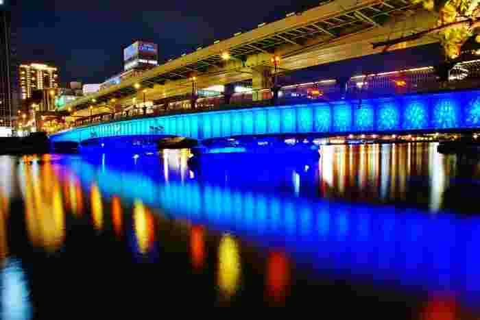 とっぷりと日が暮れたら、最後は<天満橋>を眺めてください。『天が満つる光の架け橋』をコンセプトにした美しいバイオレットのライトアップ。 「今度は、大切な人と一緒に来たいなぁ♪」