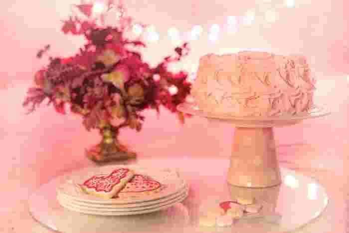 ケーキ台を持っていなくても大丈夫。写真のように、お気に入りのコップを裏返して置き、その上にプレートを置けば洒落たケーキ台になります。