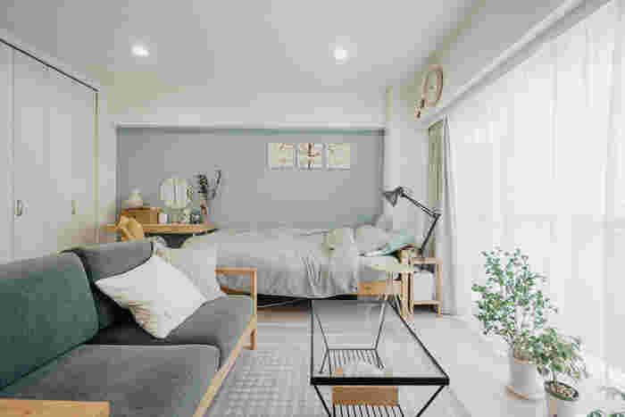 淡いブルーの壁が目を引くこちらの部屋。取り入れる色はグレーやグリーンなど4色ほどに絞り、統一感のあるインテリアに仕上げています。壁の色を決める時は、家具や雑貨の色と合うかどうかがポイントですね!
