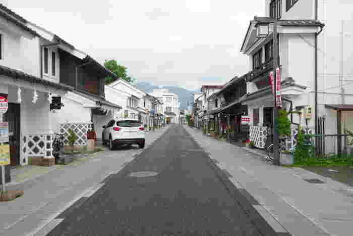 蔵が立ち並ぶレトロな街並みが楽しめる中町通りです。通りの間には飲食店やお土産物屋さんなど、様々なお店が軒を連ねます。