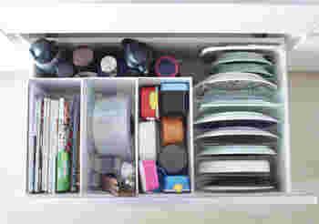 たとえばこちらの画像のように、ファイルボックスで引き出しの中を仕切って料理本や保存容器を整理したり。洗面所のシンク下では、お掃除用の洗剤入れとして活用したり。そのほかにも細々とした雑貨の収納や、ショップの紙袋の整理にも使用しているそうです。以下のブログでは、「PP ファイルボックス」の5つの活用術が紹介されています。ぜひ参考にしてくださいね♪
