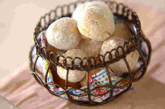 口に入れるとホロッと崩れる食感を楽しめるクッキーです。小さくてころんとした形もキュート♪バニラビーンズを入れることで香りが良く、本格的な味わいに。