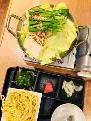 ランチメニューは全5種類。一番人気は、もつ鍋に明太子・おきうと・ごはんorちゃんぽんが付いたお手頃価格の「もつ鍋御膳」。一人前から気軽に注文できるのが嬉しいですね!