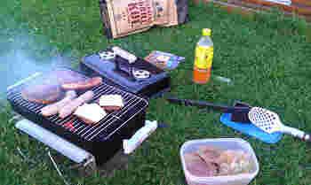 """夏によく行われるホームパーティーとして""""バーベキュー""""も人気です。日本でバーベキューというと場所をまず確保してお肉や野菜を切って串刺しにして・・と下ごしらえが結構大変ですが、北欧ではもっとシンプル。墨と網が入った使い捨てのバーベキューセットやすでにマリネにされたお肉もスーパーにたくさん並んでいます。サラダも袋を開けるだけですぐに食べられるものが多いので、大げさにいうと買ってきたものを開封するだけでもバーベキューパーティーはできちゃいます。各自好きなものを自分が食べる分だけ持っていって焼くというスタイルも。"""