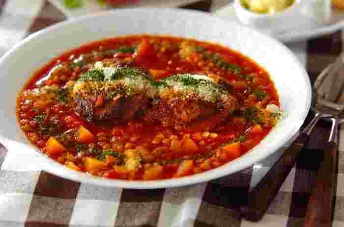 レンズ豆をたくさん使った煮込みハンバーグ。栄養バランスがよくボリュームもあり、ひと皿で満足感たっぷりの料理です。短時間で簡単に作れますが、本格的なおいしさが楽しめます。