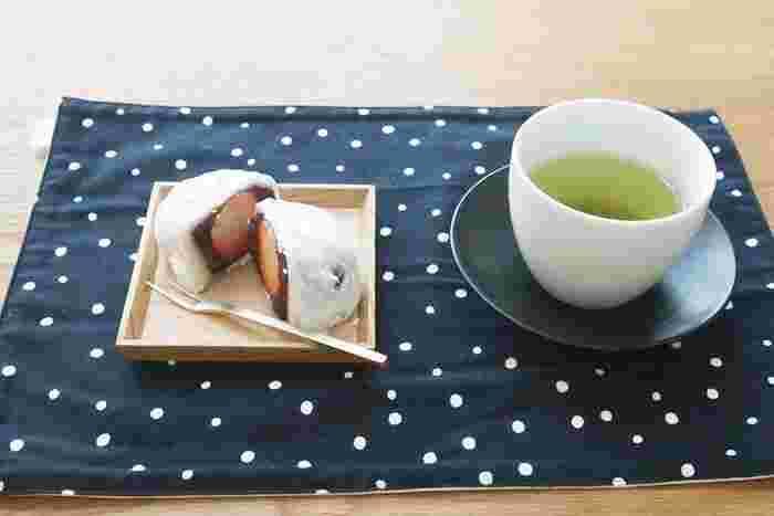シンプルでいながらしっかりと存在感のあるタモ材で作られた四角い小皿。茶托としても使えるので、これだけでお茶の時間がとても充実しそう。