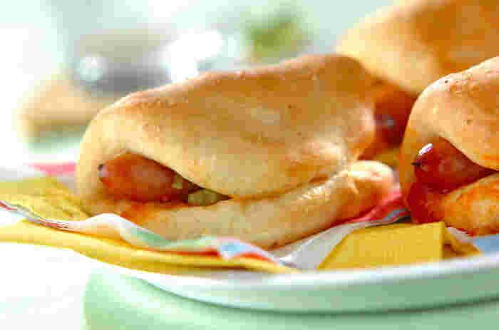 全粒粉を使った自家製のヘルシーなパン生地に、ソーセージやサルサソースをくるんで焼き上げたサルサパン。ピリッと刺激的な辛さが夏らしい、ボリュームたっぷりのパンです。