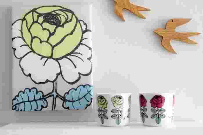 ちょっとレトロでかわいい雰囲気のバラがユニークなマリメッコの「マーライスルース」と「ヴィヒキルース」。ファブリックパネルとラテマグを並べて、その世界観をたっぷり満喫できる一角を作ってみるというのも、いいアイディアです。