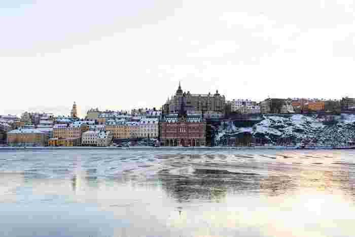 スウェーデンは四季がはっきりとしている国です。夏は平均気温約23℃、そして冬には約-5℃になりますが、北部などの一部地域では-20℃ほどになることも。高緯度に位置している土地柄、季節によって太陽が出ている時間がずいぶん異なります。 冬は長く厳しく、日照時間が平均6時間という時期もあります。首都のストックホルムでさえ、通勤や通学中の朝8:30頃はまだ暗く、帰宅時間前の午後3:30にはもう外が暗いというのも当たり前です。
