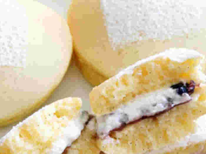 甘いパンケーキが大好きな人には、スイーツ風のパンケーキサンドがおすすめです♪こちらは、あんこと生クリームを挟んだレシピ。パンケーキが冷めるのを待ってから挟むのがおいしさの秘訣です☆