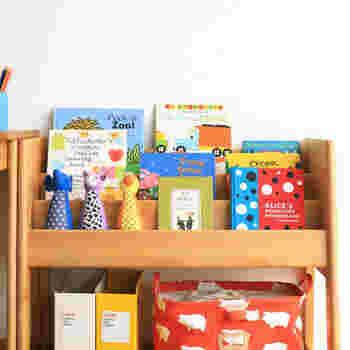 子供が絵本が読みたいと思える本棚はどんな本棚でしょう。まずは、子供自身が選びやすく出し入れしやすく、子供目線で作られているところがポイントとなります。 表紙が見える本棚なら、パッと見ただけでどんな本があるか分かるので、本への好奇心が高まり、子供が自分で読みたい本を選ぶ楽しさや自主性も育まれます。