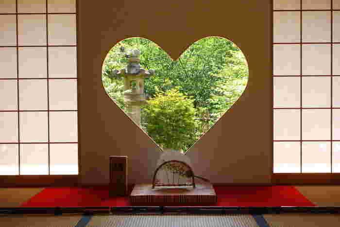 京都の宇治にある女性に大人気のスポット「正寿院」。 夏に風鈴まつりが行われることで「風鈴の寺」とも呼ばれています。こちらで人気なのは「ハートの窓」。日が差し込むと床にもハート形の影が映し出されます。幸せを招く窓として、話題になっているおすすめスポットのひとつです。