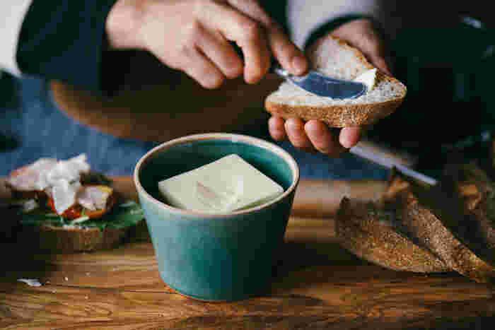 """バターケースを使う習慣がなかった人には""""バターを入れるためだけに存在する""""バターケースを使うことって、ちょっとハードルがありますよね。そんな人におすすめなのが、器のようなバターケース。"""