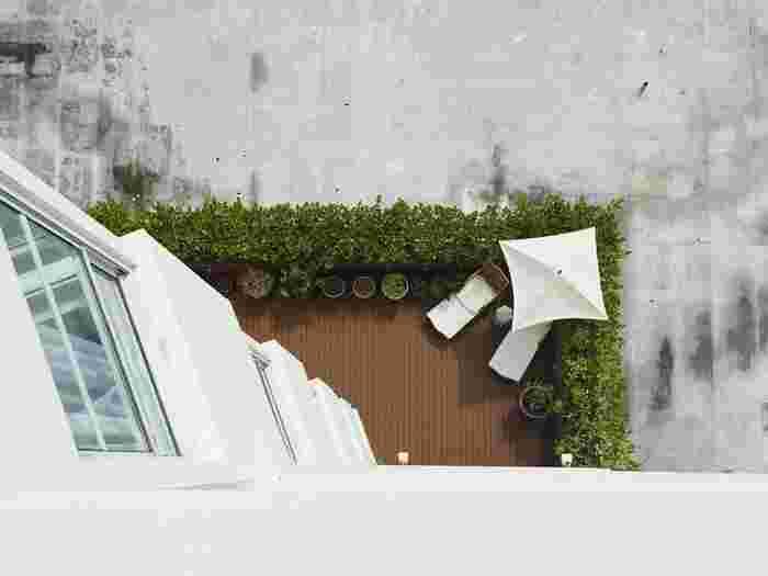 「バルコニー」「ルーフバルコニー」ともに基本的に屋根はなく、せり出しただけのものが「バルコニー」、下の階の屋根部分の上に設置されているものが「ルーフバルコニー」と一般的に区分されています。