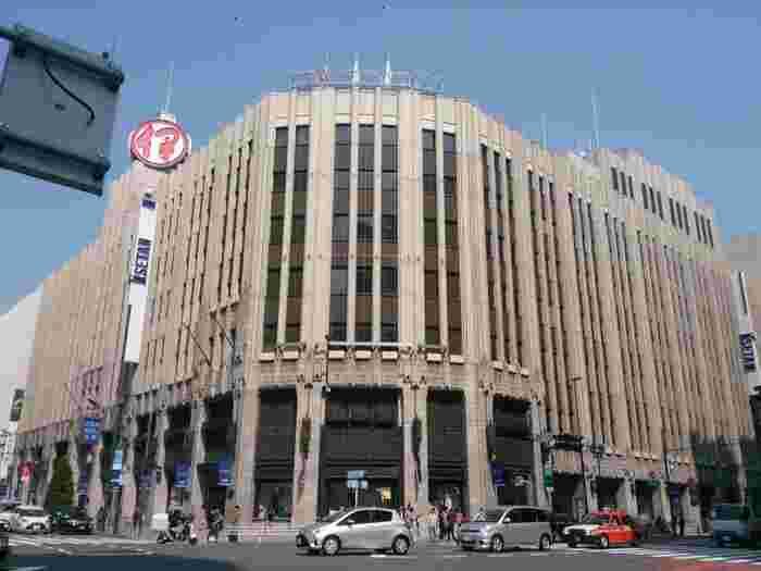 「伊勢丹 新宿店」は昭和8年に創建され、今もなおその外観を守っています。伊勢丹の創業は明治19年で、現在の千代田区神田で「伊勢屋丹治呉服店」として開業され、その後、現在の新宿に移転。平成20年4月には、三越が伊勢丹を吸収合併する形で経営統合が行われました。こちらの建物は、東京都の歴史的建造物にも選定されています。