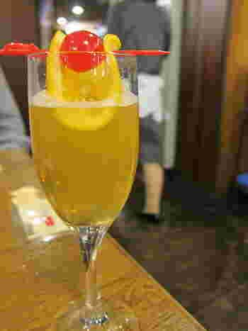 デンキブランの甘い風味の中に、レモンの酸味がうまく溶け合った「電気ブランサワー」は女性向け。軽く一杯飲みたい時にもおすすめです。
