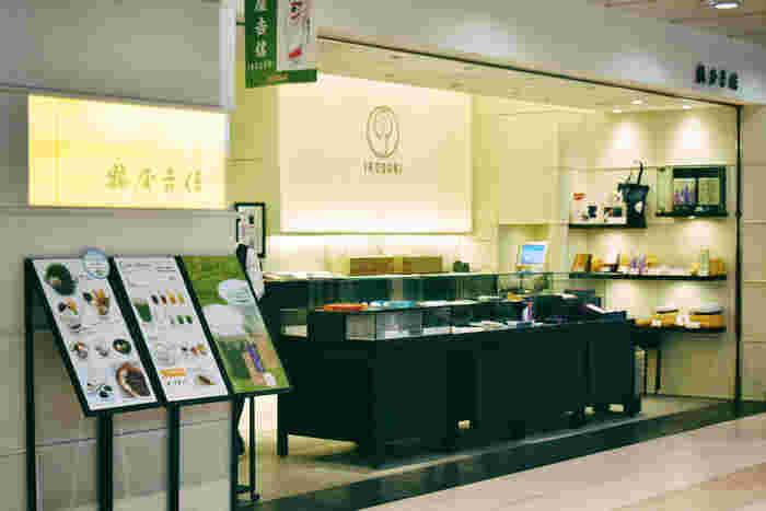 京都西陣に本店がある1803年創業の京菓子の老舗「鶴屋𠮷信」。程良い甘さで素材の風味を最大限に活かした和菓子がたくさん並ぶ全国でもその名が知れ渡るほど人気のお店です。そしてそこに、今までの伝統は受け継ぎながら現代の感覚を取り入れた新ブランド「IRODORI」が登場し、若い女性にとても人気となっています。
