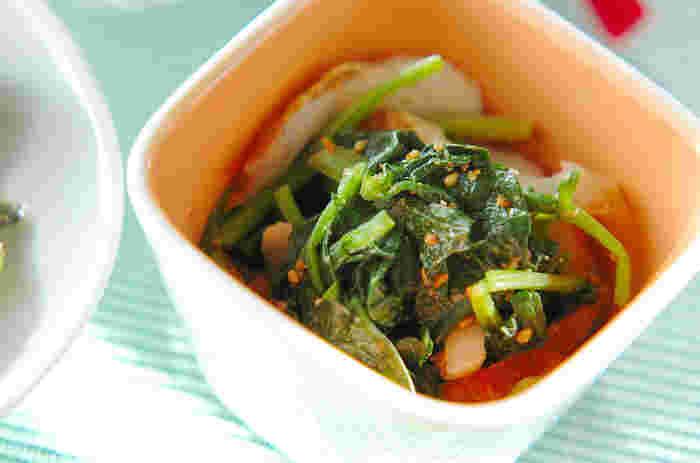 ほうれん草のゴマ和えは、緑の副菜の定番メニュー。合わせゴマだれが味の決め手です。