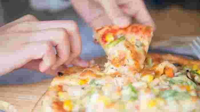 スーパーやコンビニのお惣菜、宅配ピザなどに頼るのも便利ですが、それが続くとなると栄養の偏りや経済面がちょっと心配ですよね…。手軽なインスタント食品や缶詰などの材料でも、ちょっとしたひと手間を加えることで栄養バランスもグッとよくなりますよ。
