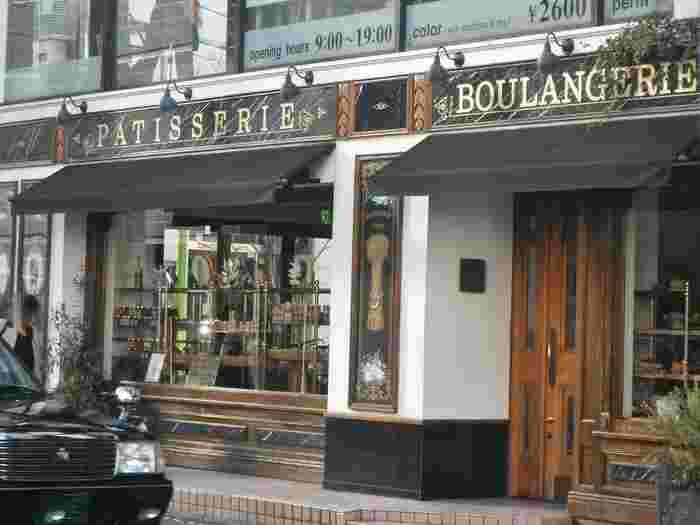 こちら、パリのモンマルトルの街並みではありません。自由が丘駅から徒歩3分、常に賑わい本格的なケーキ・焼き菓子・パンを扱う「パティスリー パリセヴェイユ」です。 パティシエである金子美明氏は、中学卒業と同時にルノートルで修行を始め、パリの老舗パティスリー「ラデュレ」などでの修行後、2003年に開店しました。フランス語で「パリの目覚め」という意味の「パリ・セヴェイユ(Paris S'eveille)」