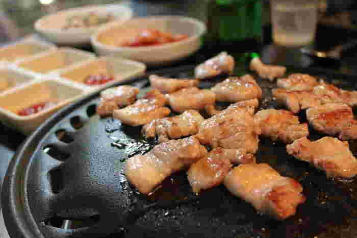 肉汁たっぷりの豚バラ肉をカリカリに焼いて、キムチや野菜とともにパクリと食べるサムギョプサル。気の張らない、韓国の庶民の味。おいしいお肉を頬張れば、テーブルを囲むみんなが自然と笑顔になっていきます。