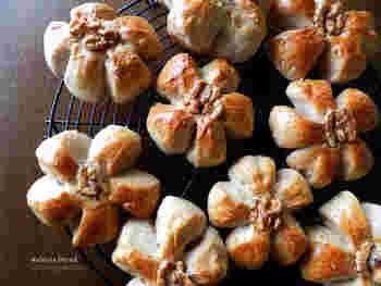 かたちが可愛いくるみパンは、切れ込みを入れるのではなく、しっかりと三角で生地をカットしてしまうのがきれいなかたちに仕上げるコツだそう。カットした余りの生地はひとつにまとめて大きなくるみパンに。