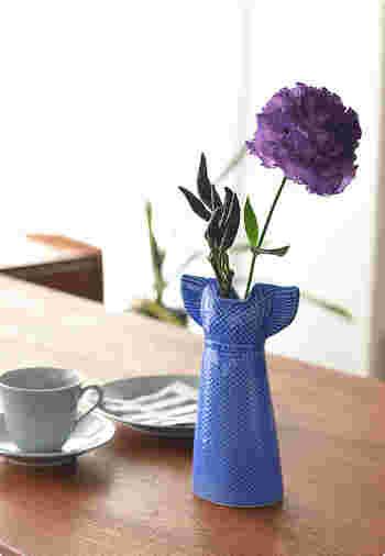 リサ・ラーソンのワードローブシリーズのひとつ、サマードレスのフラワーベースです。何も入れずに、ただオブジェとして飾っておくだけでも素敵。お花を飾れば、アーティスティックな空間があらわれます。