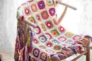 カラフルなお花のモチーフをつなげたブランケットは、一枚あると便利な布ものです。ちょっと肌寒いときに、さっと羽織ったり、椅子やソファーをカバーリングしたり。使い方はアイデア次第です。