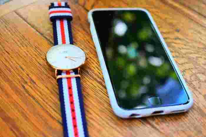 お天気の良い日、屋外にいるとスマホの画面が見づらい時がありませんか?腕時計ならそんな心配は無用です。いつでもどこでもはっきりと盤面を確認することができますよ。