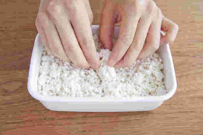 素材を柔らかくし、旨味を引き出す酵素がたっぷり詰まった「塩麹」は、どんな食材とも相性が良い万能調味料。米麹、塩、水があれば、自分でも簡単に作ることができちゃうんです。 乾燥した米麹に分量の塩と水を加えてよく混ぜたら、蓋をして常温で保存します。1日に1回清潔なスプーンで混ぜて、麹が水分を吸っていたら加水します。1週間から10日ほどで徐々に香りが豊かになり、塩麹が柔らかくなったら完成の目安。日持ちする保存食ではありますが、過発酵してしまうので6ヶ月以内で使い切ることがおすすめだそう。