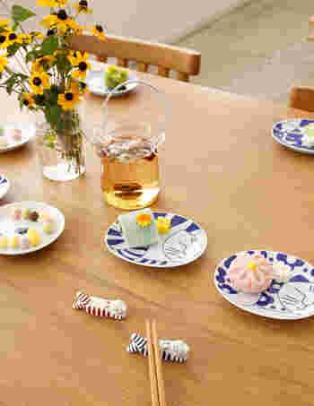 見ているだけで笑顔になってしまうテーブル風景!盛りつけられた和菓子やおそろいのリサラーソンの箸置きに囲まれて、豆皿がアクセントになっています。お友達をお招きしてお茶会なんていう日にぴったり♪