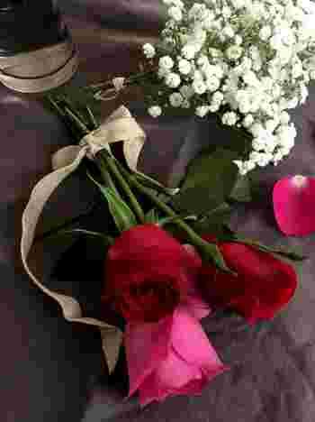 花束をドライフラワーにするときには、一度アレンジをほどいて不要な葉っぱやドライフラワーには不向きなお花を取り除きます。もし長さの調節をしたい時には、乾いてしまうと折れてしまうこともあるので、このタイミングでカットしましょう。