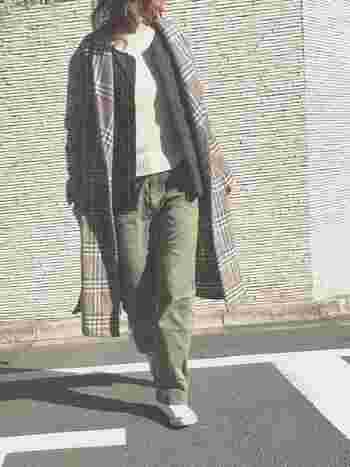 チェックのコートに使われている黒のラインと合わせて黒のインナーダウンを選ぶことで、メリハリの効いた統一感のあるコーディネートに仕上がっています。