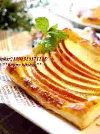冷凍パイシートにりんごのスライスを乗せてトースターで焼いただけの簡単アップルパイ。りんごを皮付きにすると、見た目もきれいですね。