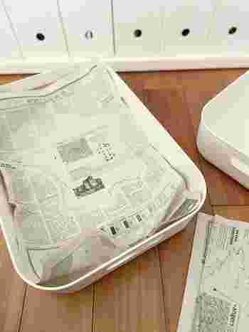 除湿剤が無ければ、新聞紙を使うという手も。新聞紙の表面水分を吸収しやすく、デコボコしているため、除湿効果があるんです♪  棚板全体に、新聞紙を広げて敷いておくほか、靴箱など日々モノを出し入れする場所の場合は筒状に丸めて棚の隅に置いておいても◎。