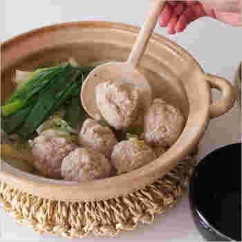 """オーソドックスな土鍋に比べ、やや浅めで平たく、鍋口が広いのが特徴。具材も並べやすく、みんなで食べても取り分けやすいんです。大きさは""""女性二人でちょうど良い""""サイズ。冬の「鍋女子会」にもぴったりですね♪"""