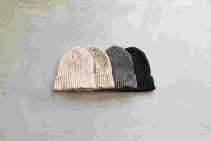 どんなスタイルにも合わせられることができ、暖かく、ファッションのアクセントにもなる優秀アイテムのニット帽。使うシーンに合わせて、いくつか色やデザイン違いでスタンバイさせておくのもおすすめですよ。