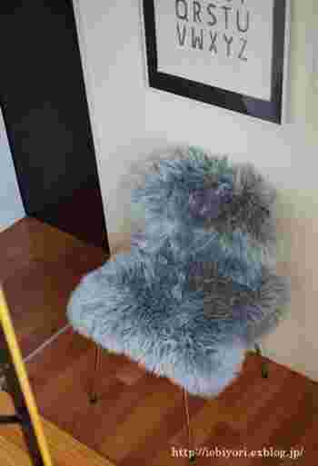ふわふわのムートンマットの素敵な使い方のひとつ♪こちらのブロガーさんのように、椅子に被せれば、簡単に冬仕様にチェンジできます♪ムートンに限らず、柔らかい素材の手頃なマットなら代用できます。座布団部分だけに置いてもOK。お好みのデザインで試してみてください。