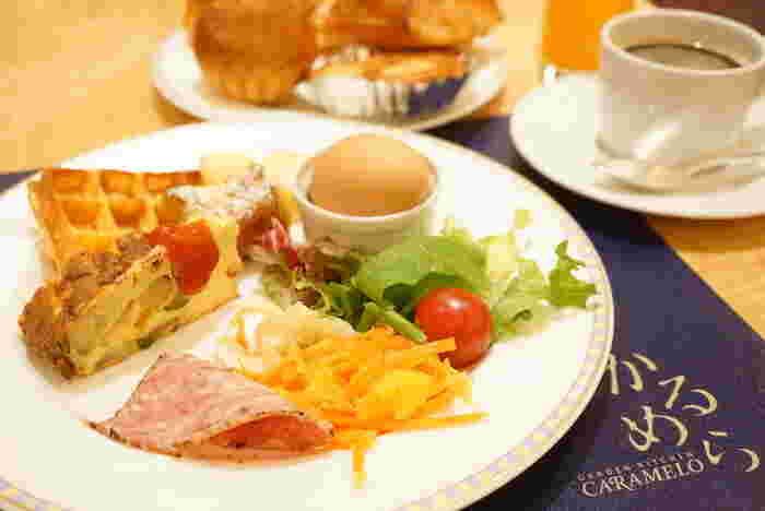もちろん、モーニングのコースを注文することもできますよ。メニューは2種類。卵料理やソーセージなどが楽しめる「アメリカンブレックファスト」と、名物のオムレツを堪能できる「ホワイトオムレツのブレックファスト」。どちらもボリューミーでおいしく、贅沢な朝の時間を過ごすのにぴったりです。