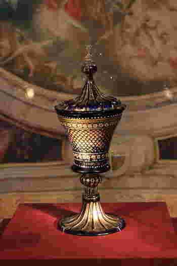 必見は、ヴェネチアングラスの名品として知られる『点彩花紋蓋付ゴブレット(1500年頃)』と『レース・グラス蓋付ゴブレット(16-17世紀)』。繊細で熟達した技工を凝らした名品です。 【画像は、かつてロスチャイルド家が所蔵していた『蓋付ゴブレット(表)』】