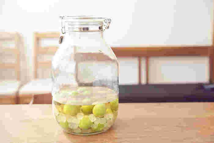 梅酒ではなく、梅を砂糖とお酢で漬けて作る梅シロップ。1ヵ月以上漬け込んだら、炭酸で割ってジュースにしていただくと、甘酸っぱくてとっても美味。アルコールを使わないのでお酒が苦手な方や、こどもも美味しくいただけます。また、お酢をリンゴ酢にすれば、よりまろやかになるので、こちらもおすすめです。