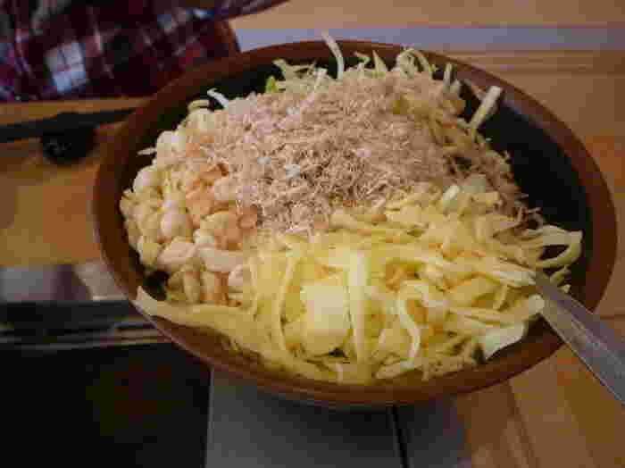 もんじゃ焼きは、スタッフの方にテーブルで作ってもらうこともできます。初めての方も安心ですね。お野菜や卵、お肉など厳選した材料で作るもんじゃ焼きは、あとを引くおいしさ。メニューも豊富なので、ついついたくさん注文したくなります。