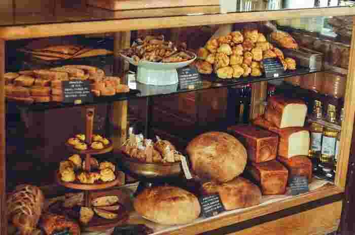 この日は雨にもかかわらず、取材中も地元の人が入れ替わり立ち代り、パンを求めていらっしゃっていました(画像提供:パンと日用品の店 わざわざ)