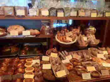セルフサービスじゃないのが、サ・マーシュスタイル。店員さんとの会話を楽しみながら好みのパンを選ぶことができるのです。